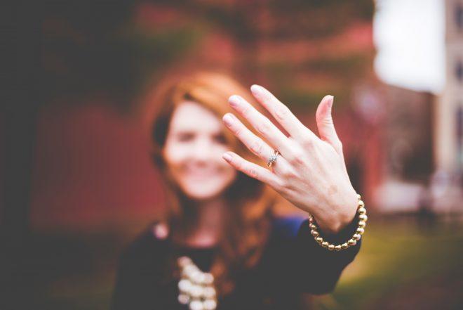 婚約指輪をした女性イメージ