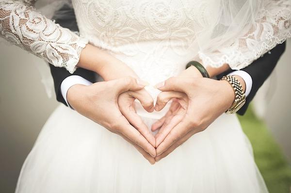 結婚式を挙げるカップルのイメージ