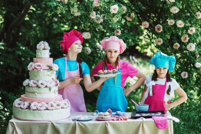 ケーキを用意する人
