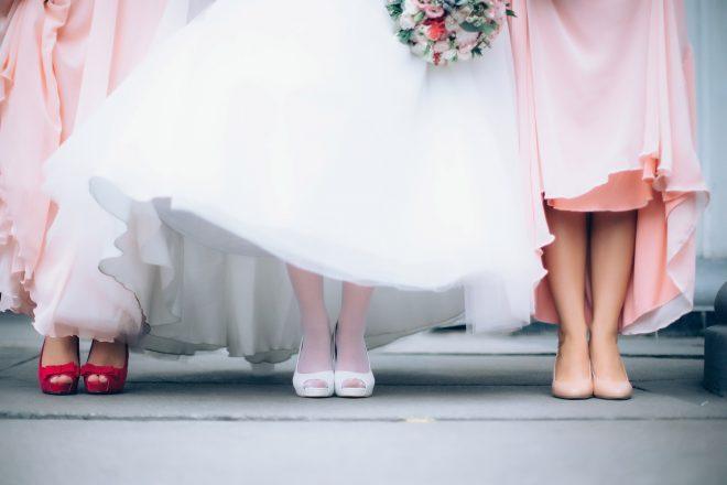 花嫁とゲストの足元