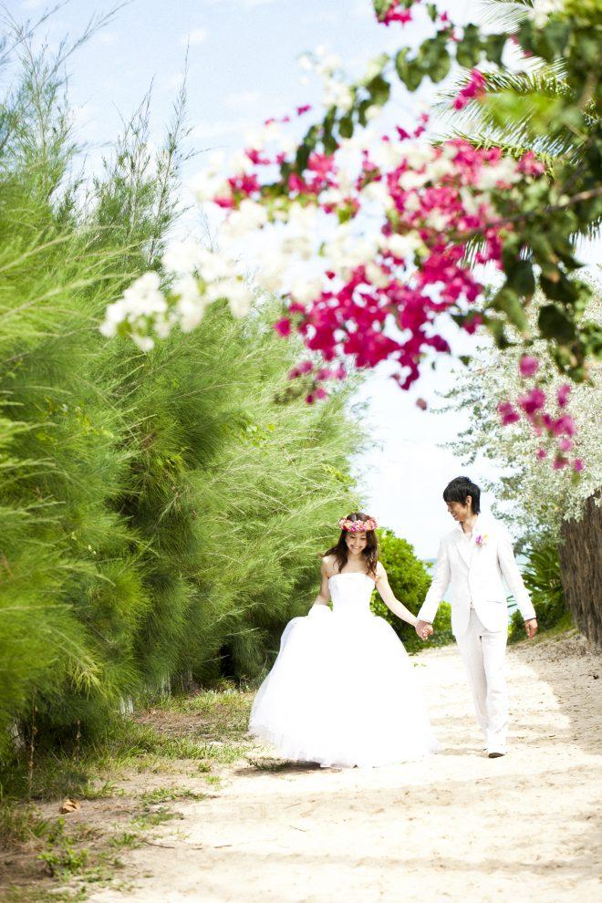 リゾート婚フォト花嫁と手をつないでる写真