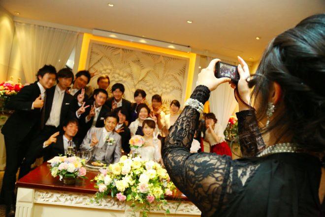 友達や仲間に囲まれての記念撮影は、一生の思い出。披露宴をするなら、はずせません。